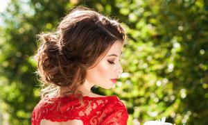 手里拿着花束的蕾丝裙新娘高清图片