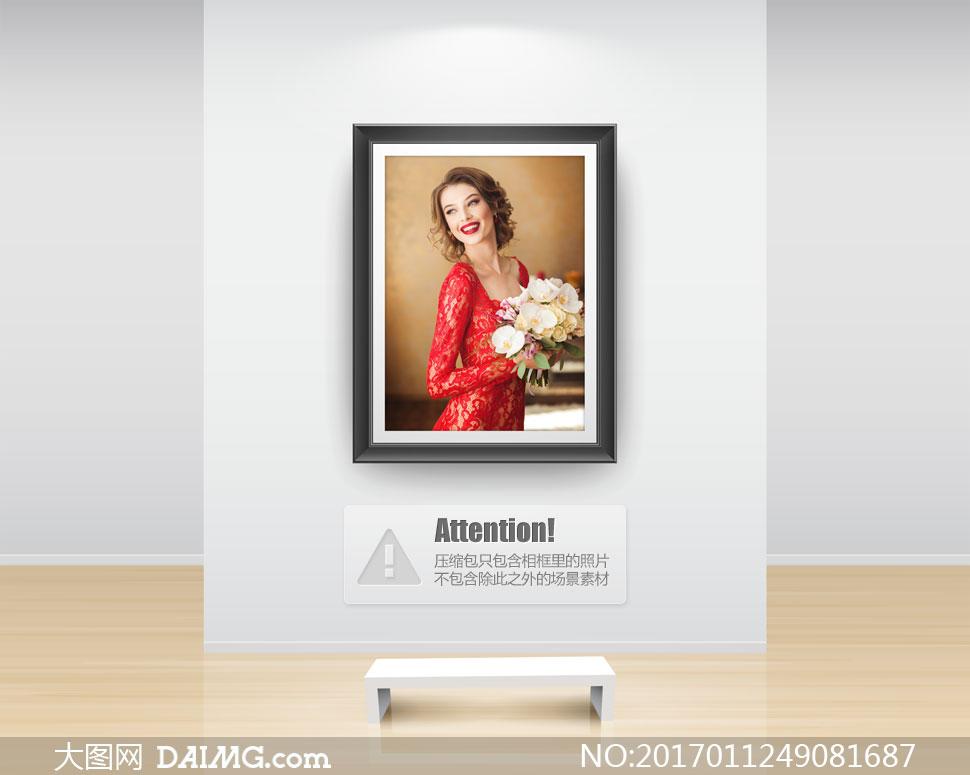 手捧着花束的开心新娘摄影高清图片