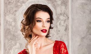 穿着红色蕾丝裙的新娘摄影高清图片