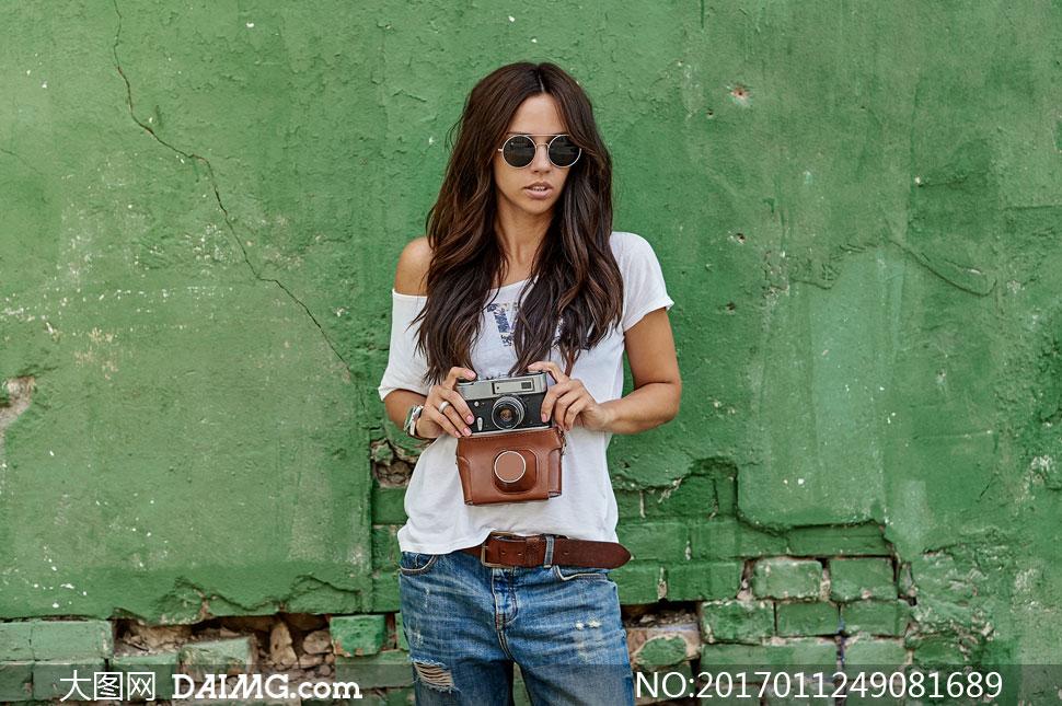 拿相机的墨镜长发美女摄影高清图片