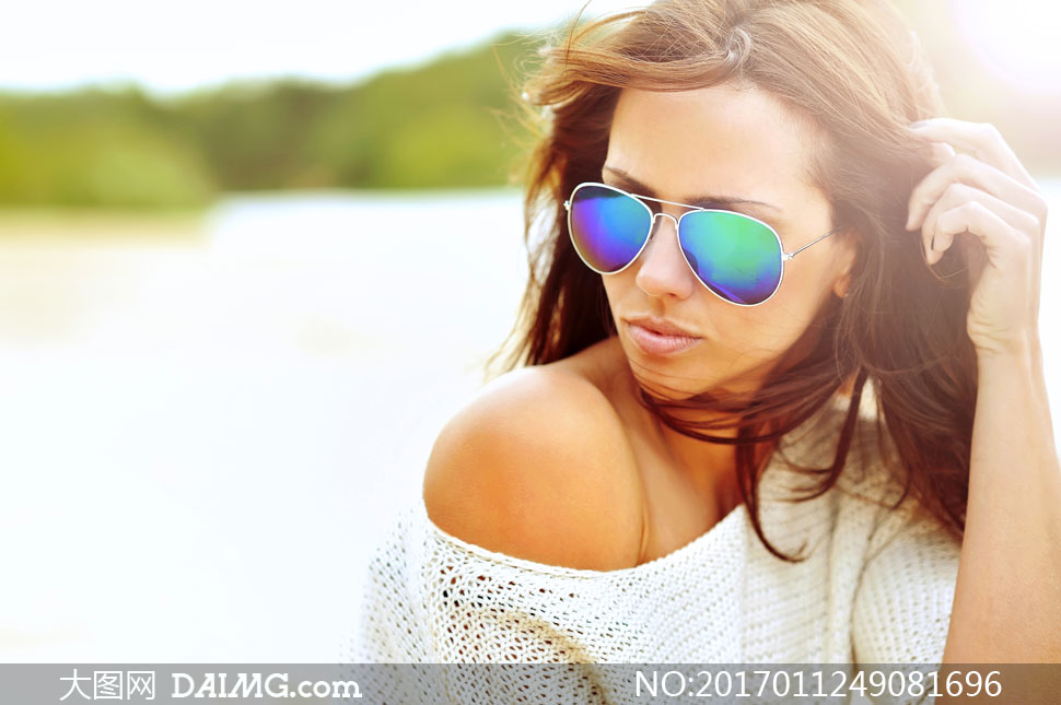 斜肩装扮墨镜长发美女摄影高清图片