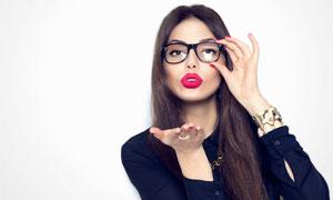 向手上吹气的红唇美女摄影高清图片