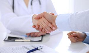 在就医时握手场景特写摄影高清图片