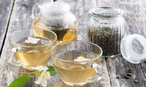白色小花与沏好的花茶摄影高清图片