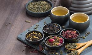 茶叶与泡好的茶汤特写摄影高清图片