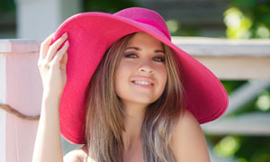 戴着粉红色帽子的美女摄影高清图片