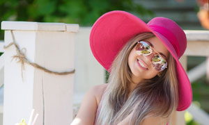 戴着太阳镜的开心美女摄影高清图片
