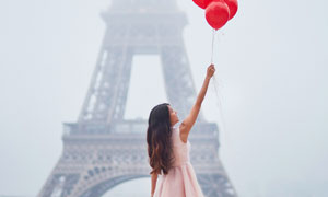 拉着红气球的秀发美女摄影高清图片