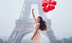 牵着气球的披肩发美女摄影高清图片