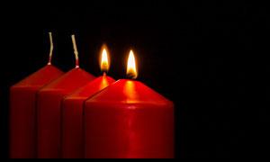 黑暗场景里的红色蜡烛摄影高清图片