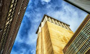 蓝天白云城市建筑仰拍摄影高清图片