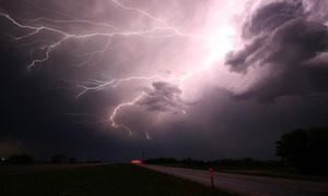 在雷电交加的夜晚天空摄影高清图片