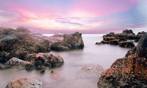 云霞礁石与平静的海面摄影高清图片