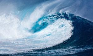 在海面上翻腾起的大浪摄影高清图片