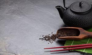 茶叶与颗粒感茶壶特写摄影高清图片