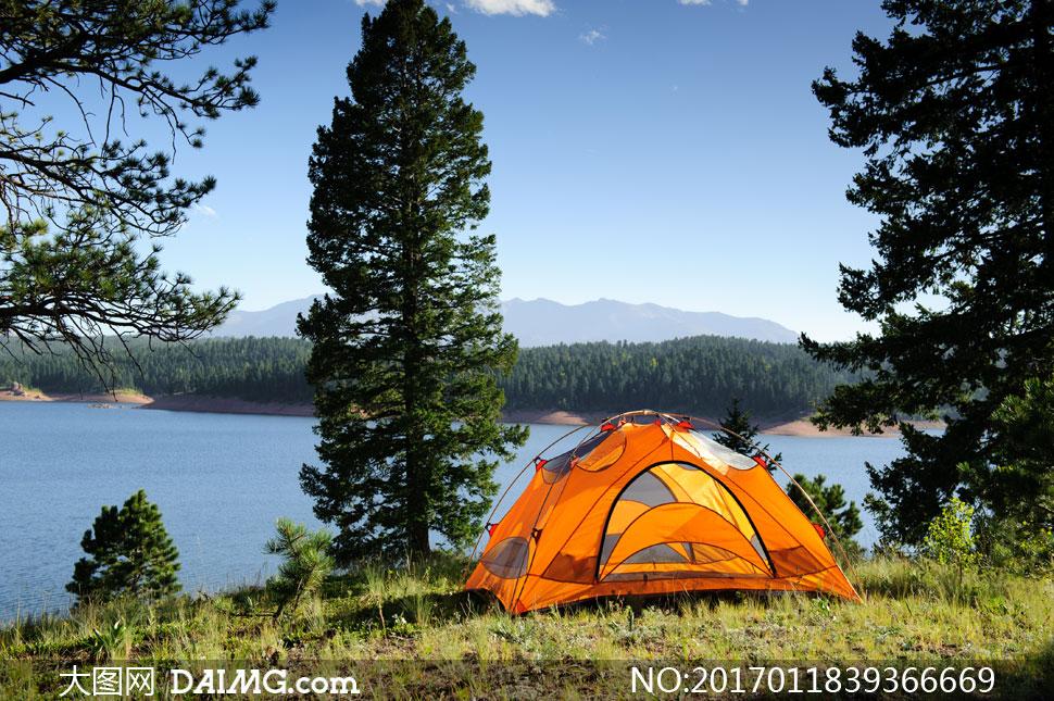 在湖边草地上支起的小帐篷高清图片