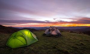 黄昏时分内亮着灯的小帐篷高清图片