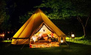夜里亮着灯的露营帐篷摄影高清图片