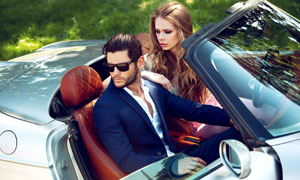 开着车外出兜风的情侣摄影高清图片