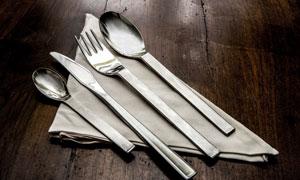 桌面餐布上的一组刀叉摄影高清图片