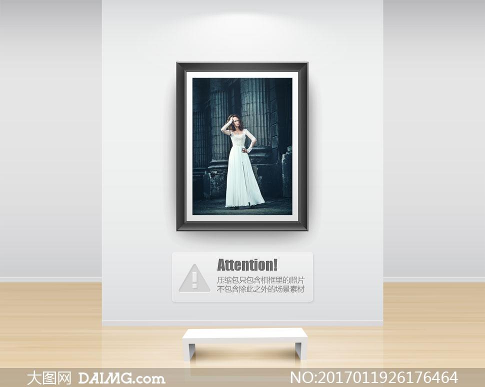 站在罗马柱前面的美女摄影高清图片
