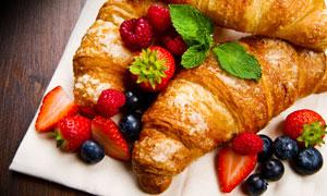 牛角包与草莓蓝莓树莓摄影高清图片
