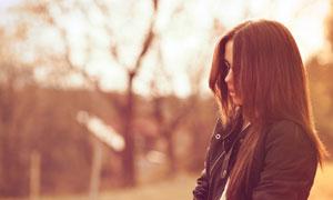 夹克牛仔裤装扮的美女摄影优博娱乐官网