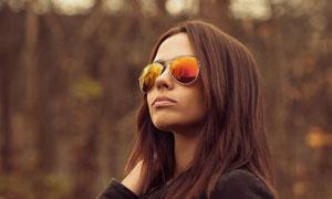 戴墨镜的黑色外套美女摄影优博娱乐官网