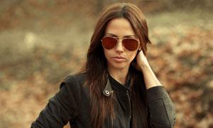 穿黑色夹克外套的美女摄影优博娱乐官网