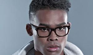黑框眼镜黝黑肤质男人摄影高清图片