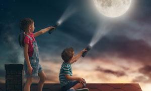 拿手电筒照着月亮的俩小孩高清图片