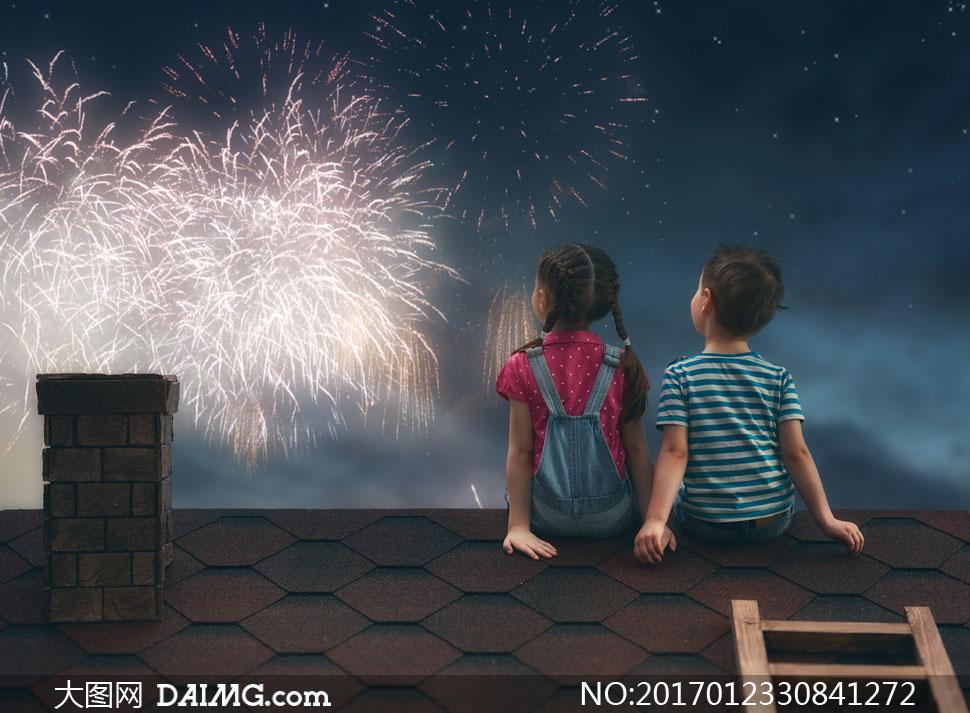 在一起看璀璨烟花的俩小孩高清图片 大图网素材daimg Com