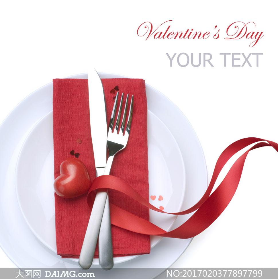 放在盘子里的刀叉餐具摄影高清图片
