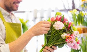 在精心整理鲜花的男人摄影高清图片