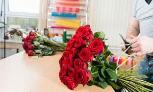 捆好的玫瑰花花束特写摄影高清图片