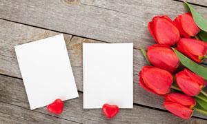 在桌上的卡片与郁金香摄影高清图片
