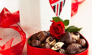 红色玫瑰花与巧克力等摄影高清图片