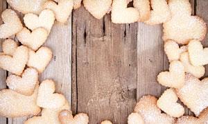 木板上的心形饼干点心摄影高清图片