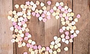 木板上的桃心饼干糖果摄影高清图片