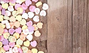 木质纹理上的香甜糖果摄影高清图片