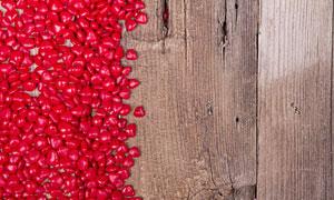 放在木板上的红色硬糖摄影高清图片