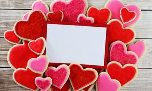 空白卡片与红色的桃心甜点高清图片