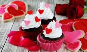 红玫瑰与纸杯蛋糕近景摄影高清图片