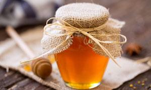 用粗麻布封口的蜂蜜罐摄影高清图片