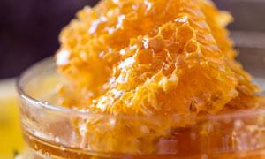 盛放在玻璃碗里的蜂蜜摄影高清图片