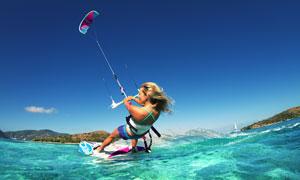 大海上滑翔伞冲浪运动美女摄影图片