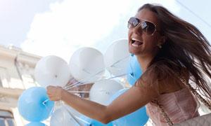 手里拿着气球的披肩发美女高清图片