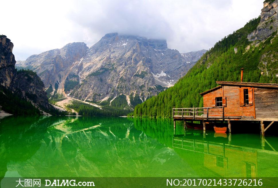 大山树林与湖边的房子摄影高清图片