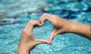 对着水面比划着心形的手势高清图片