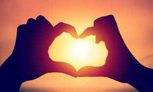 对着太阳光比划心形的手势高清图片